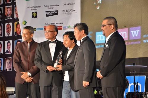 Tekong  menerima award mewakili Amanz.my